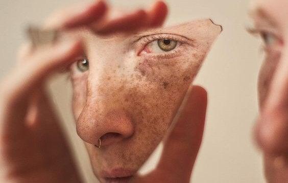 Speilbilde av ansikt