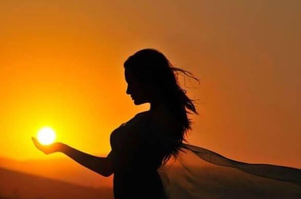 Kvinne holder solen
