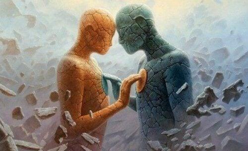 To steinfigurer som berører hverandre