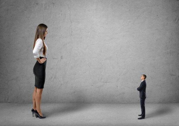 En høy kvinne som opptrer overlegen overfor en liten mann.