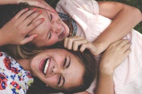 To venner som ler sammen