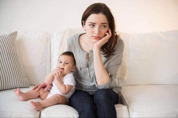 en trøtt mor og barnet hennes