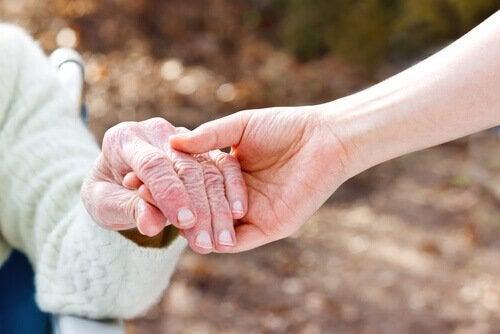 Huden din får aldri Alzheimer: Den husker kjærtegn og arr for alltid
