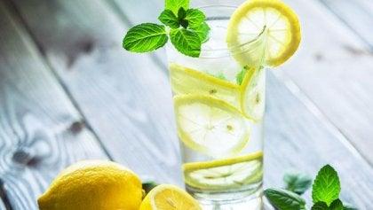 Hvorfor bør du drikke et glass varmt vann med sitron om morgenen?