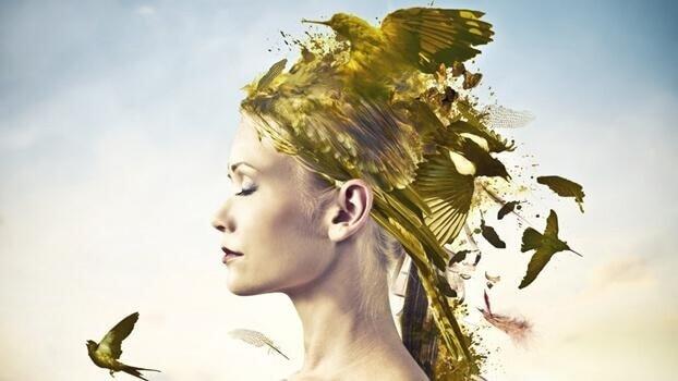 Kvinne med fugler som kommer fra håret