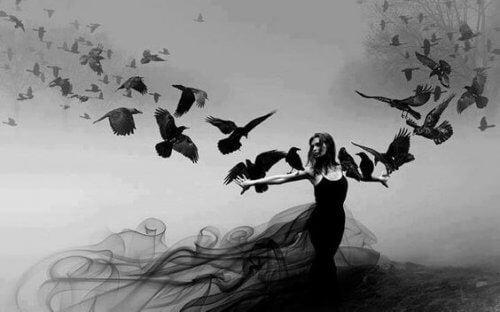 Kvinne med kråker
