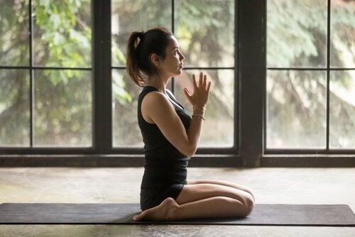 Jente gjør yoga