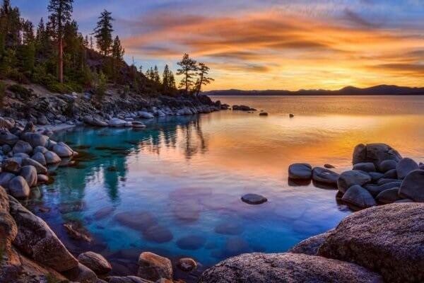 stille vann i solnedgang