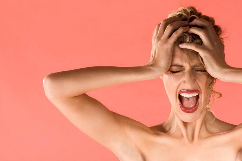Frustrert, skrikende dame