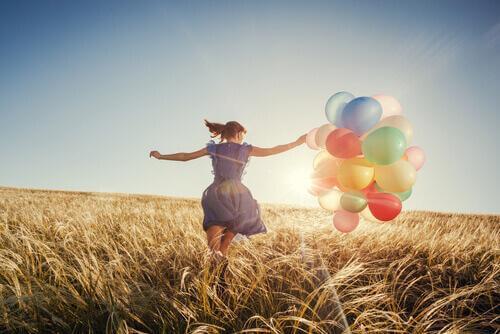 Dame i åker med ballonger