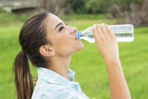 Dame som drikker vann