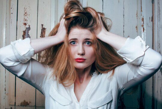 kvinne bustete hår