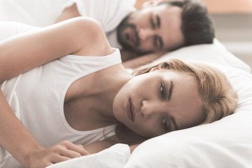Tankefull kvinne i sengen
