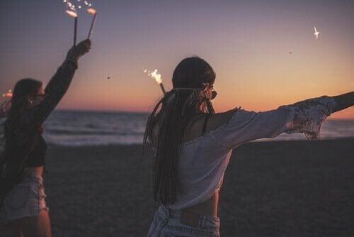 Tenåringer har en fest på stranden