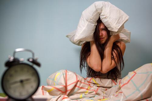 frustrert kvinne i senga