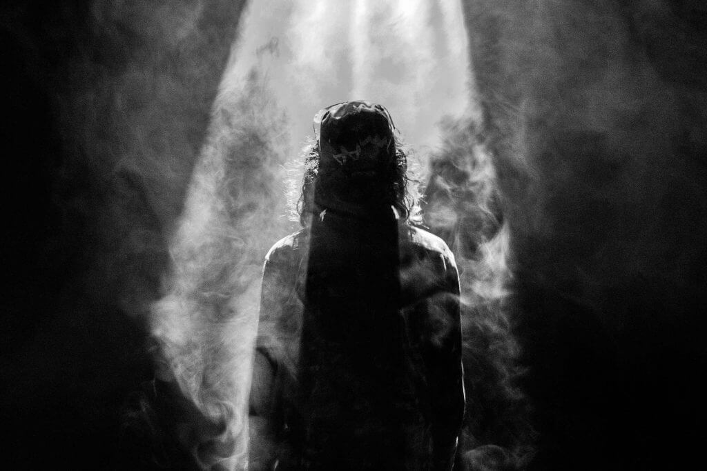 silhuett av en person i mørket