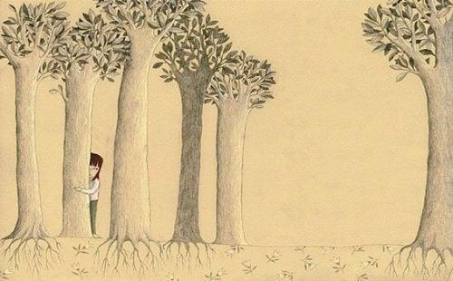 Barn bak et tre