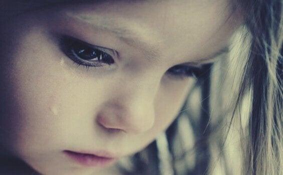 En jente som gråter fordi barndommen blir stjålet