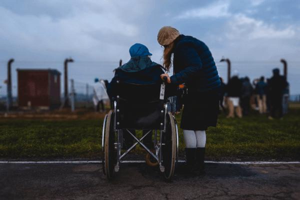 Jente i rullestol med en venn