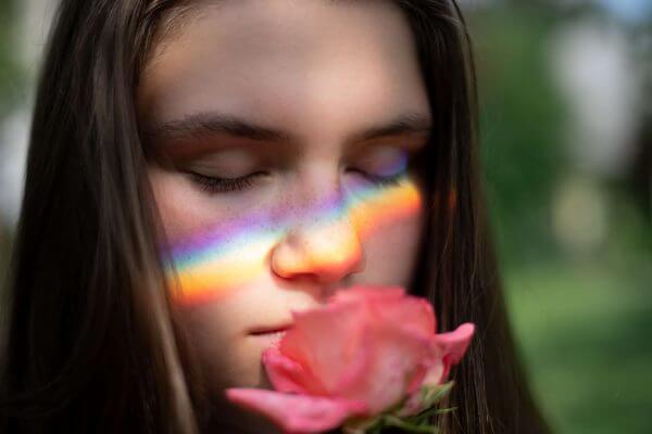 jente lukter på en rose