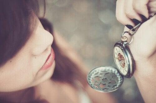 Jente ser på klokken sin