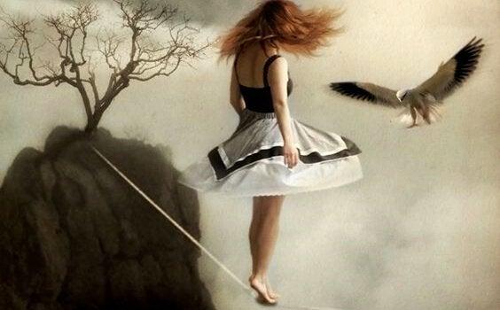 Kvinne balanserer på line