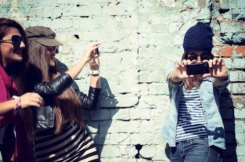 Jenter tar selfie - narsissisme