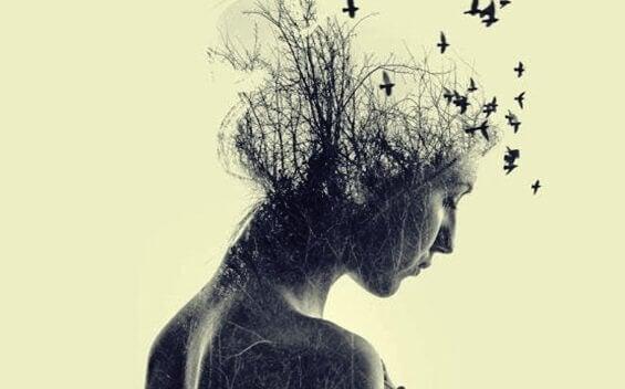 Kvinne med fugler som flyr rundt hodet