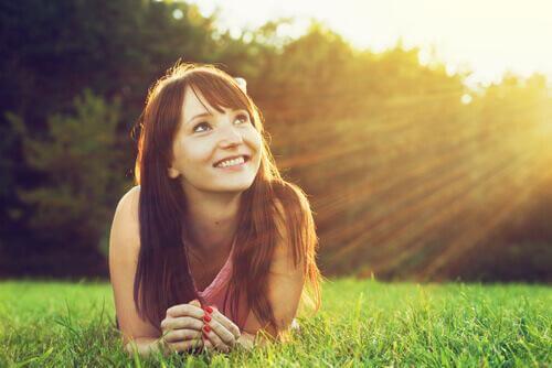 kvinne på gress