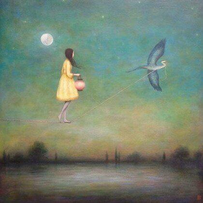 en jente knyttet til en fugl