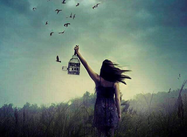 kvinne frigir fugler