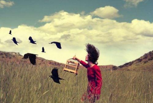 Kvinne slipper fri fugler