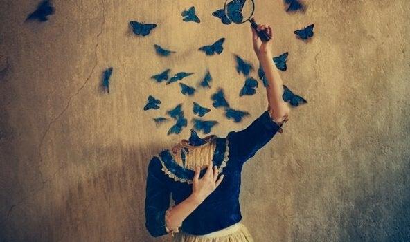 En kvinne uten hode og sommerfugler rømmer fra halshullet