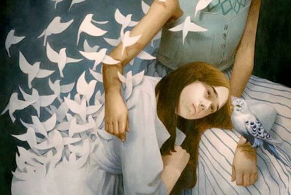 trist jente klemmer kvinne omgitt av hvite fugler
