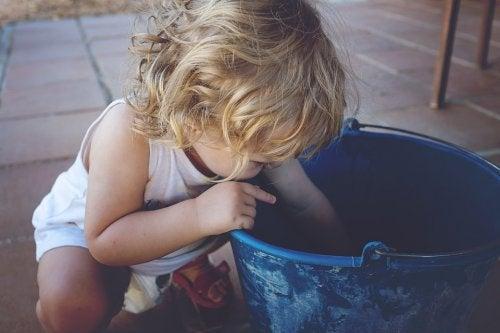 Barn leker med bøtte
