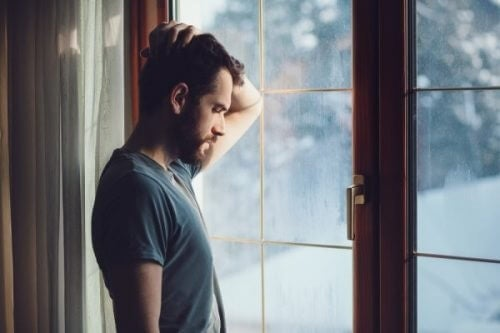 mann som seer ut av et vindu