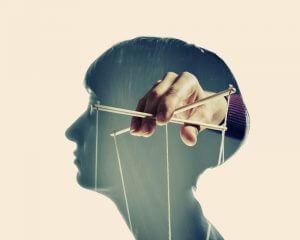 En person blir manipulert.