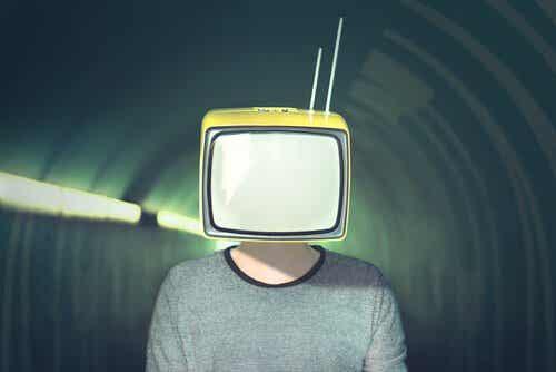Mediamanipulasjon: 10 strategier media bruker for å manipulere oss