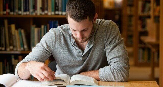 Gutt studerer