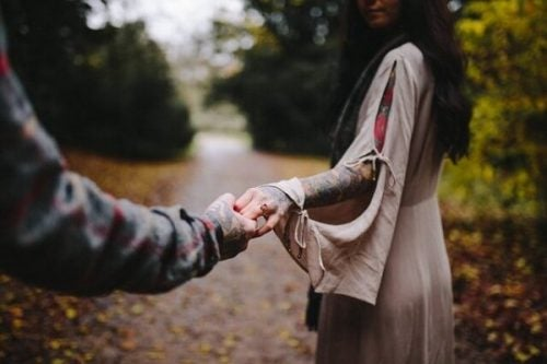 Han tar hånden hennes
