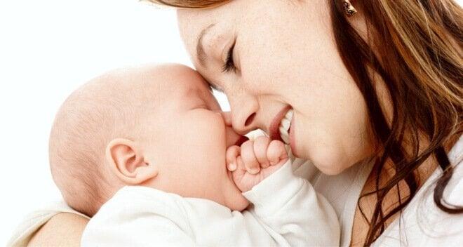 Mor smiler til babyen