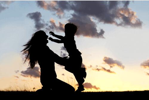 Moren klemmer sønnen sin