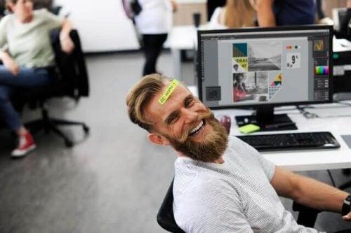 mann representerer en optimistisk arbeider