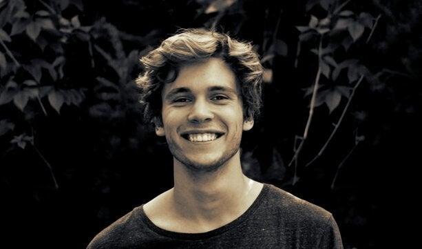 Portrett av smilende, ung mann