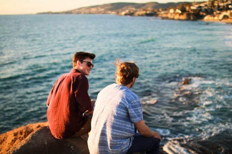 To unge venner ved sjøen