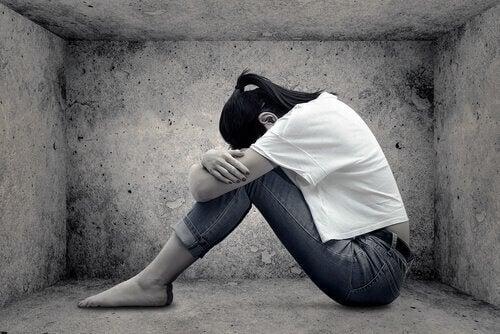 trist jente med lav selvfølelse