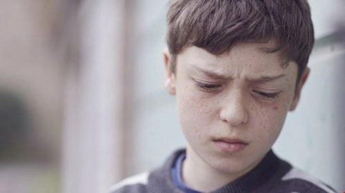 Trist gutt som har blitt utsatt for verbale overgrep