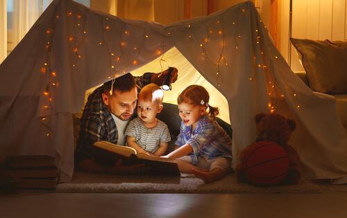 En lykkelig familie leser