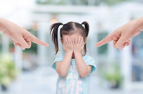 Foreldre kjefter på barnet