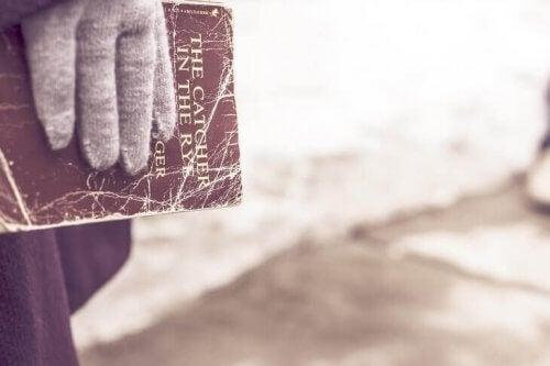 hånd som holder Redderen i rugen-boken